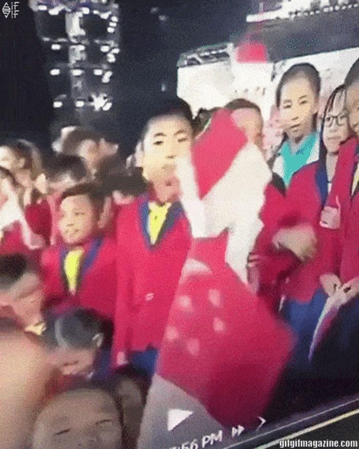 Sva djeca su slavila, a onda je kamera snimila jednog dječaka kojem nije bilo do veselja