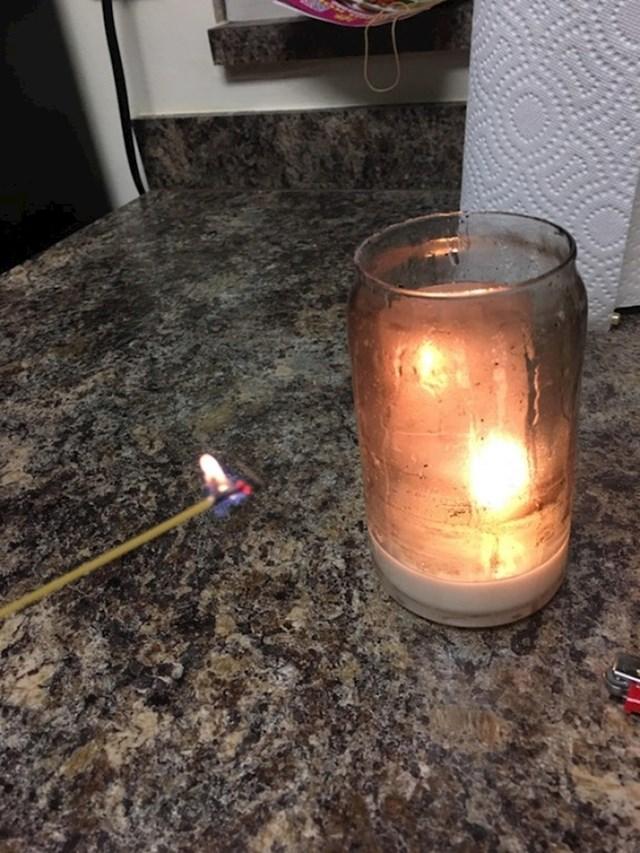 Ne možete upaljačem doći skroz do dna čaše u kojem je svijeća? Jednostavno uzmite štapić špageta i koristiti ga kao šibicu.
