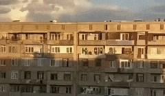 Osoba je vani čula čudne zvukove, pogledala kroz prozor pa snimila jedan od najčudnijih prizora ikad