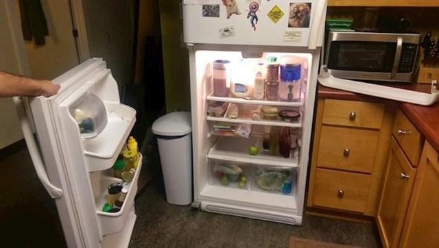 """""""Probudio sam se usred noći i išao u kuhinju po hladnu vodu. Otvorio sam hladnjak i dogodilo se ovo."""""""