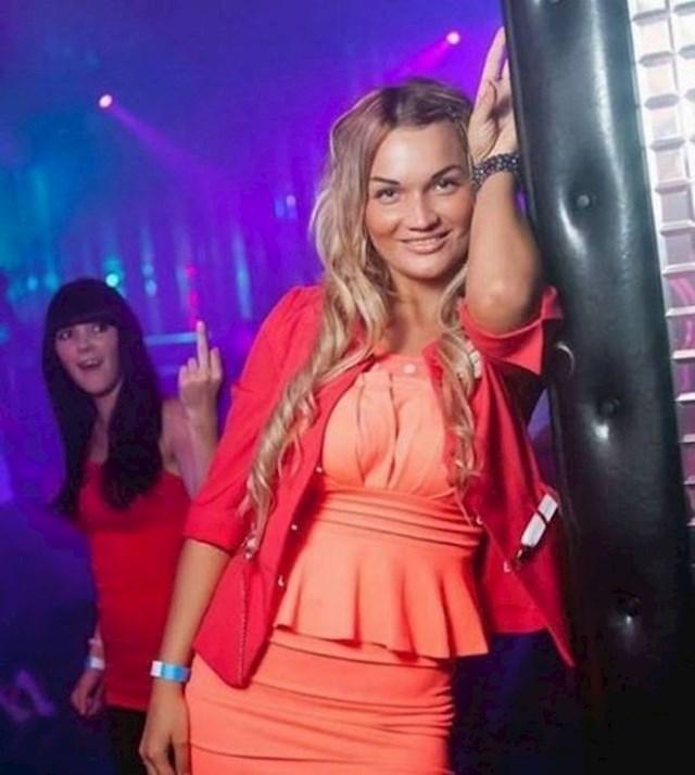 Ono kad slikaš prijateljicu u klubu pa primijetiš nešto čudno u pozadini...
