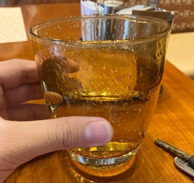 Ovo okolo nisu kapljice, nego je čaša napravljena da tako izgleda.