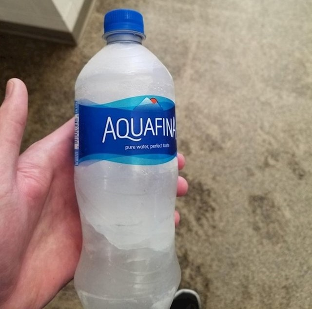 """""""Upravo sam izašao iz teretane, jako sam žedan. Išao sam do automata po vodu i on je izbacio zamrznutu bocu. Sad moram čekati..."""""""