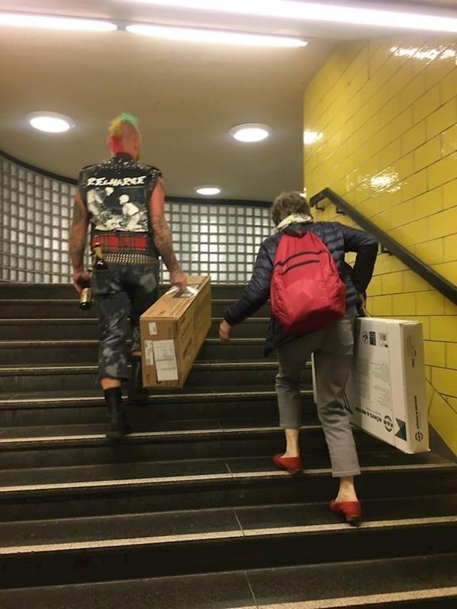 Tko kaže da su punkeri opasni? Ovaj mladić je u Berlinu pomogao starijoj ženi koja je sa sobom nosila teške kutije.