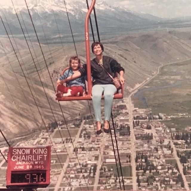"""""""Moja mama i baka na žičari u šezdesetim godinama. Tada sigurnosni standardi nisu još bili toliko strogi."""""""