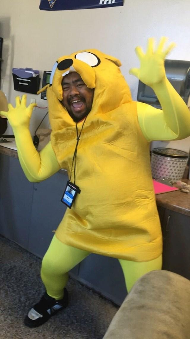 I ovaj radnik bio je jedini koji je došao u kostimu na posao.