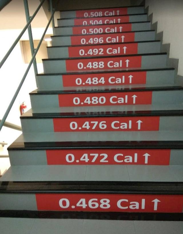 Na ovim stepenicama piše koliko ste kalorija potrošili penjanjem na viši kat.