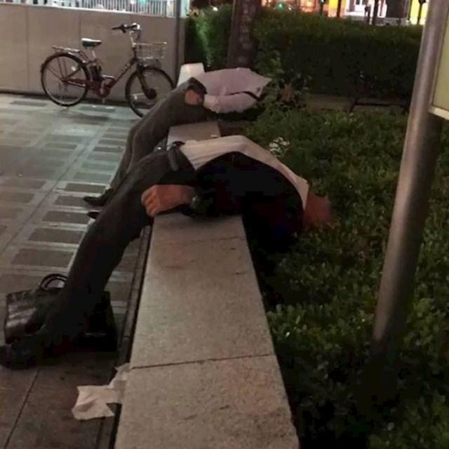 Umorni japanski radnici koji su se odlučili malo odmoriti na čudnom mjestu...