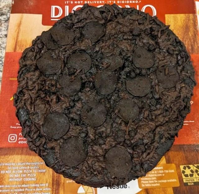 """""""Ovako izgleda pizza koja je slučajno ostala 8 sati u pećnici."""""""