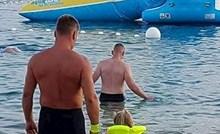 """""""Ovo dijete neće ni dotaknuti vodu"""": Netko je na plaži slikao što se dogodi kad roditelji postanu preoprezni"""