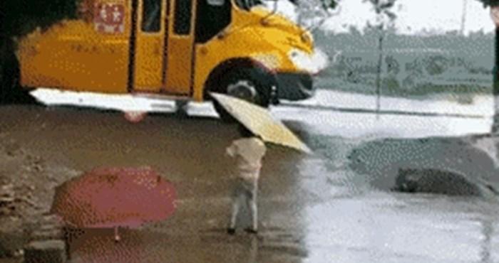 Padala je kiša, a klinkica je na presladak način dočekala brata koji se vraćao iz škole