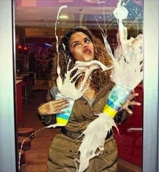 Nije vidjela staklena vrata.