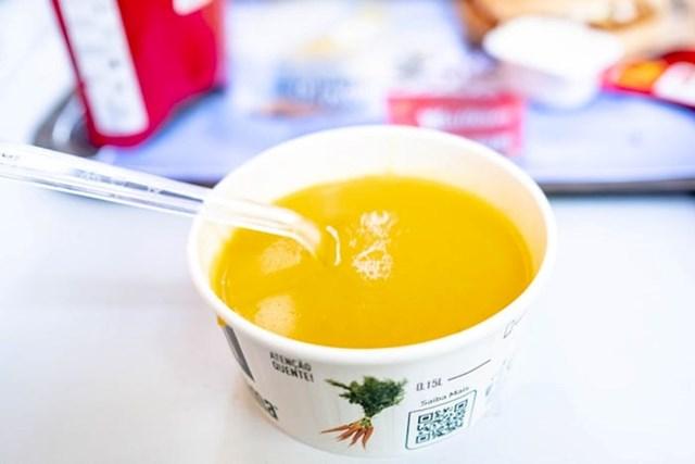 """""""Nakon što sam čitao o McDonald'sovim portugalskim juhama, odlučio sam isprobati jednu. Čini se da je Creme de Legumes bila od gnječene bundeve, pomalo dosadno."""""""