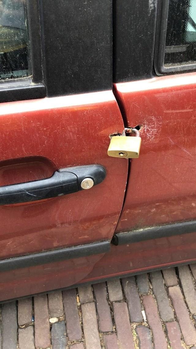Lopovi će biti jako zbunjeni ako pokušaju ukrasti ovaj automobil.