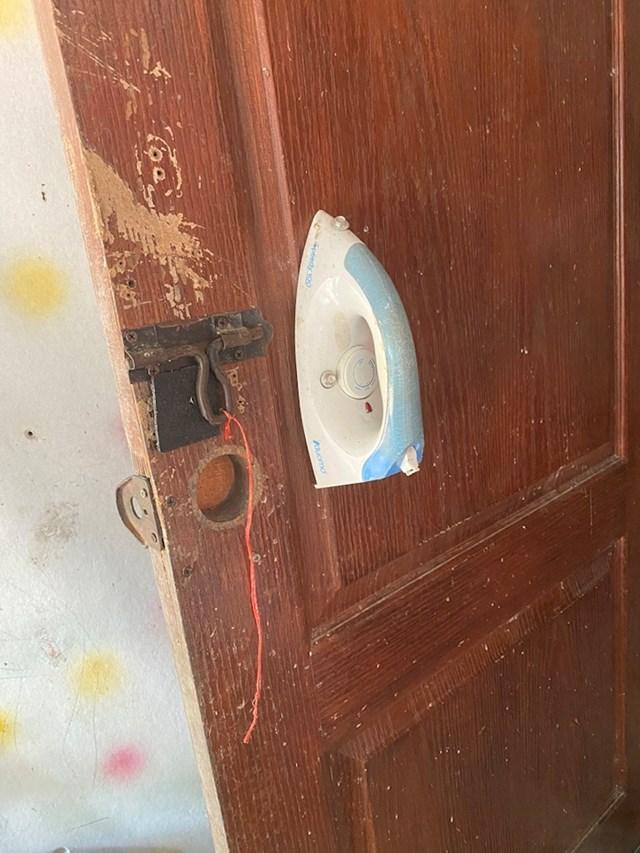 Na ovim vratima pegla služi kao kvaka.