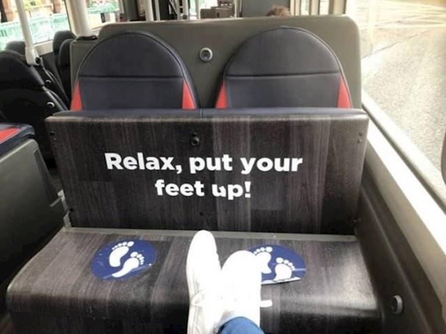 Ovaj autobus ima mjesta za odmaranje nogu.