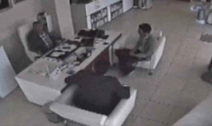 Sjedili su u uredu i imali razgovor, a onda se dogodilo nešto što nitko nikad ne bi predvidio