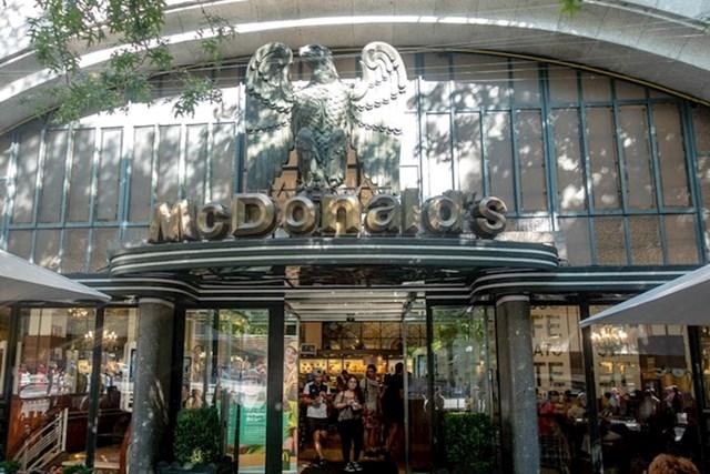 """""""Prva stvar koju primjećujete kad se približavate ulazu je ogromni brončani orao kojeg je napravio portugalski kipar Henrique Moreira. Kad je 1936. godine Cafe Imperial otvoren, imao je okretna vrata, no to je promijenjeno."""""""