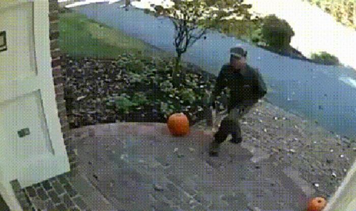 Dostavljač je nasmijao obitelj svojim načinom predaje paketa, pogledajte što je snimila kamera