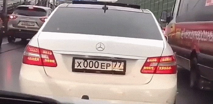 Netko je snimio što jedan vlasnik Mercedesa učini prije nego što počne raditi probleme na cesti