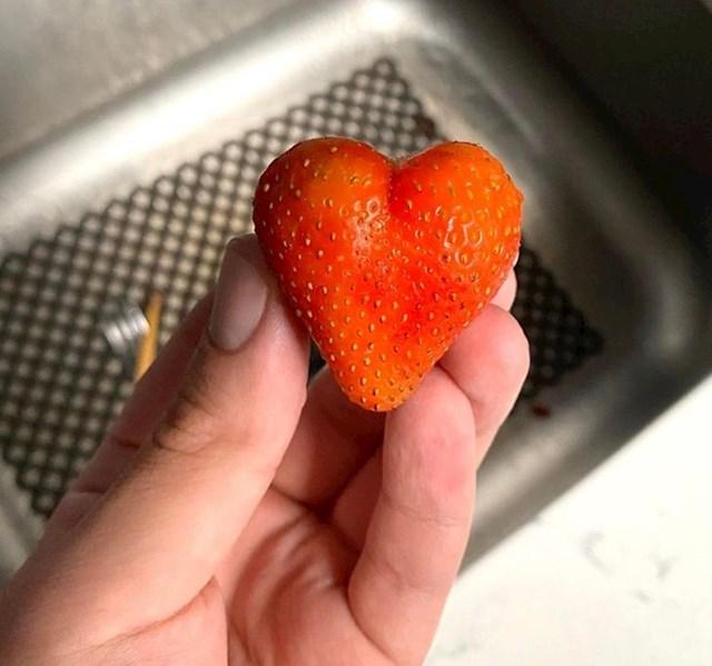 """""""U kupljenoj posudici s jagodama dobio sam jednu koja izgleda kao srce."""""""