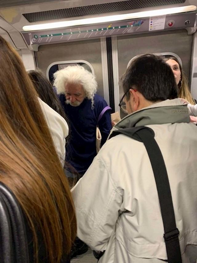 Kolike su šanse da u gradskom prijevozu naiđete na nekoga tko izgleda kao poznata osoba? Ovaj djedica izgleda kao Albert Einstein!