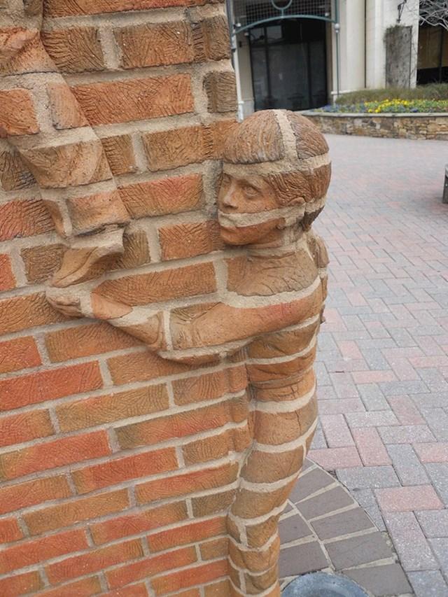 Neobična skulptura u američkom gradu Charlotte