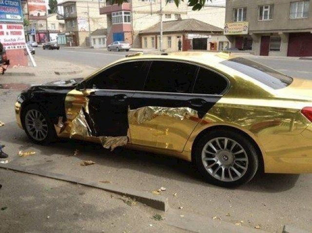 Ovaj BMW se sigurno osjećao kao tamna čokolada umotana u zlatnom omotu.