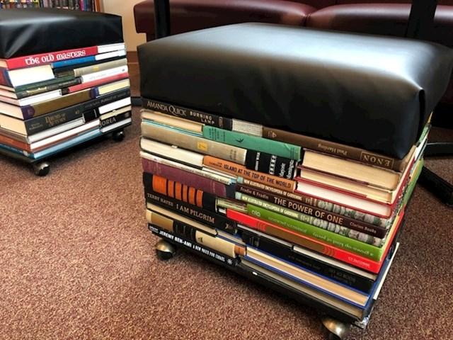 Ovi taburei u knjižnici napravljeni su od knjiga.