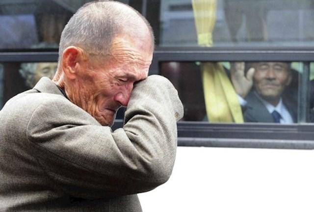 """""""Muškarac iz Sjeverne Koreje maše bratu koji živi u Južnoj Koreji, imali su priliku nakratko se vidjeti i popričati."""""""