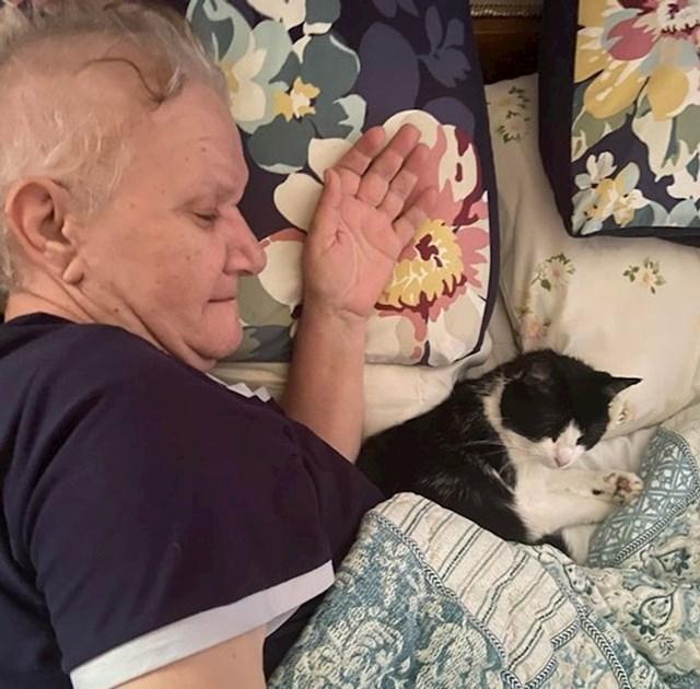 """""""Naša udomljena maca se jako boji ljudi. Mama se vratila kući s kemoterapije, mačka se s njom uspjela opustiti."""""""
