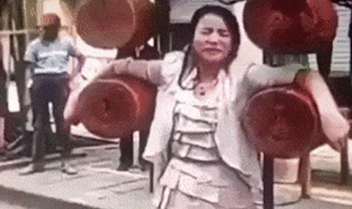Žena je pristala biti dio opasnog uličnog nastupa, s razlogom je zatvarala oči od straha