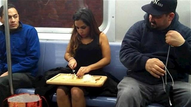 Htjela je uštedjeti vrijeme pa je ručak počela pripremati u metrou...