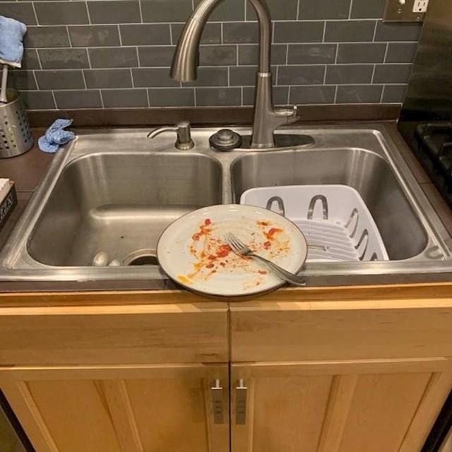 """""""Smatrao je da je ovo savršeno mjesto za ostavljanje tanjura nakon večere."""""""