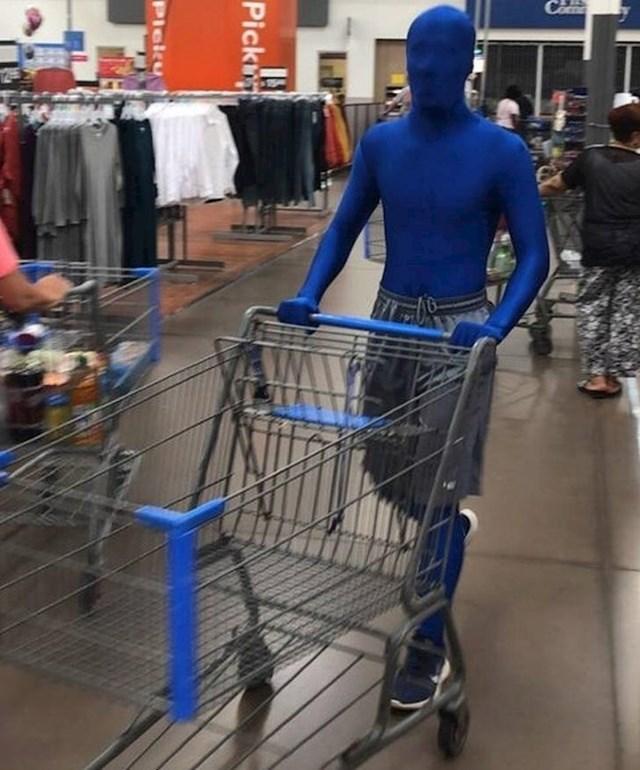 Netko je slikao kupca koji jako voli plavu boju.