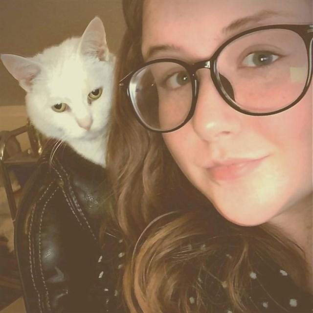 """""""Moja mačka je bila naslonjena na uredskoj stolici, izgledalo je kao da nosi kožnu jaknu."""""""