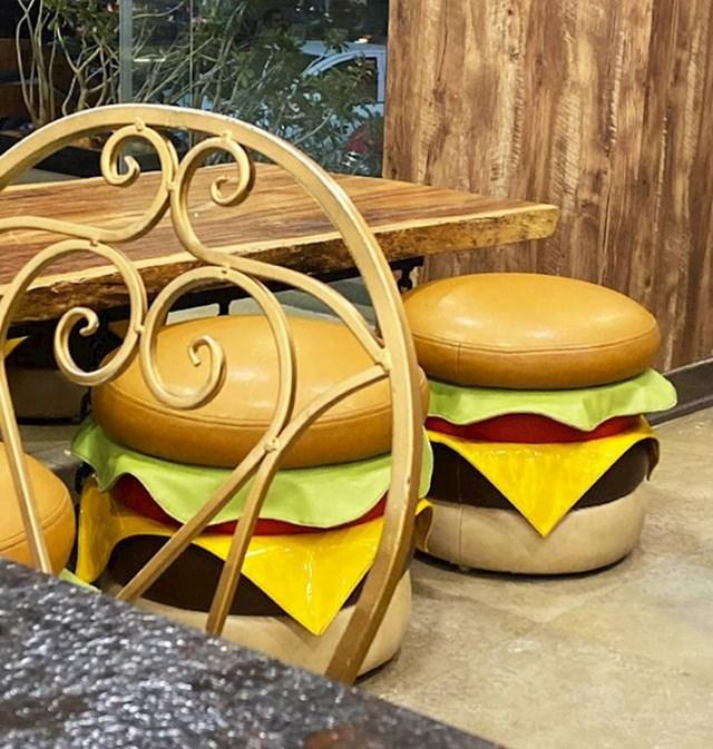 Ovaj restoran ima zanimljiva mjesta za sjedenje. 🙂