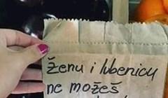 Prodavač voća napisao je iskren natpis i kupcima nabacio osmijeh na lice