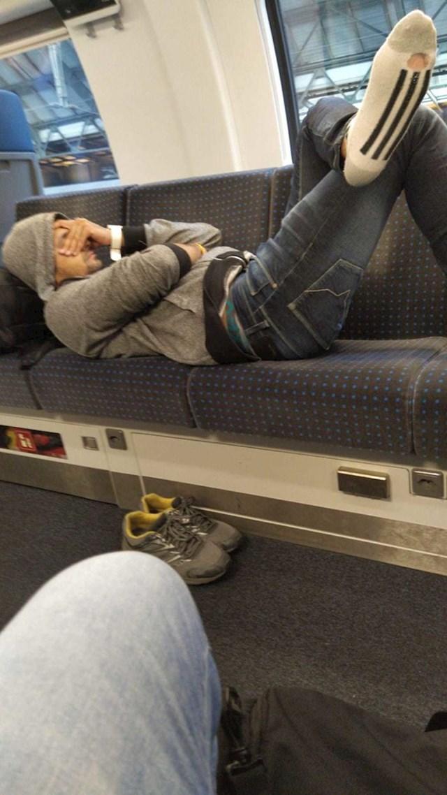 Ljudi su ga zamolili da sjedne kako bi i oni imali mjesto u punom vlaku, no on je odgovorio da je preumoran.