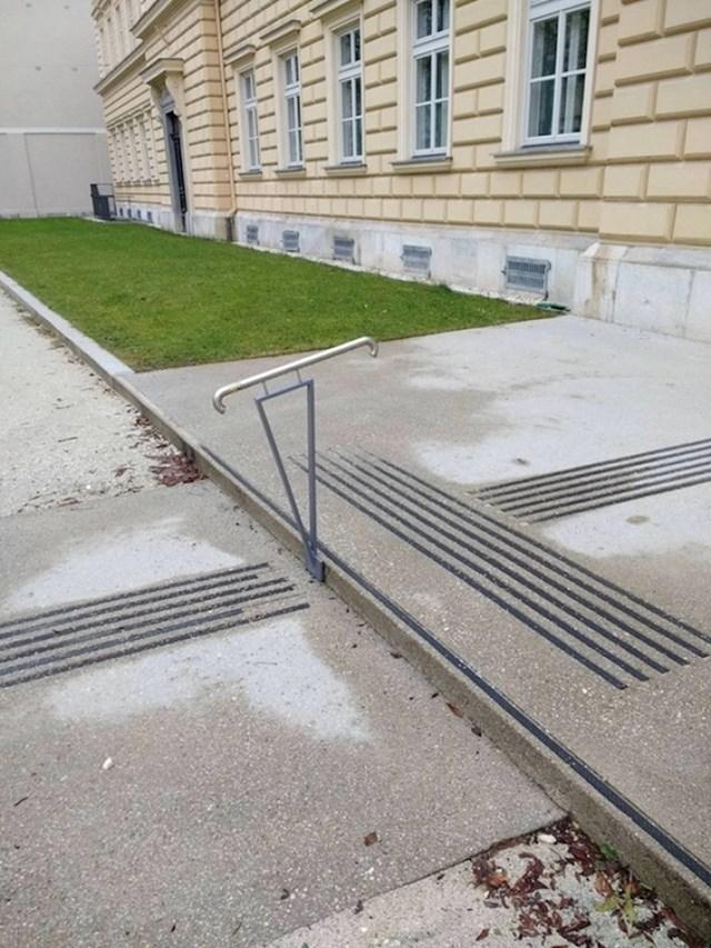 Ako se trebate držati dok se spuštate niz jednu stepenicu...