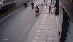 Nadzorne kamere snimile nevjerojatnu scenu: Čovjek na motoru ukrao torbicu, taksist mu pokvario plan