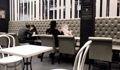 Netko je u restoranu snimio uznemirujući prizor s muškarcem koji pod hitno treba naći djevojku