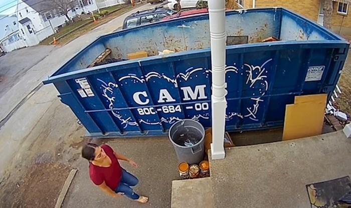 VIDEO Dok je bacala smeće ugledala je malo stvorenje koje je hitno trebalo pomoć