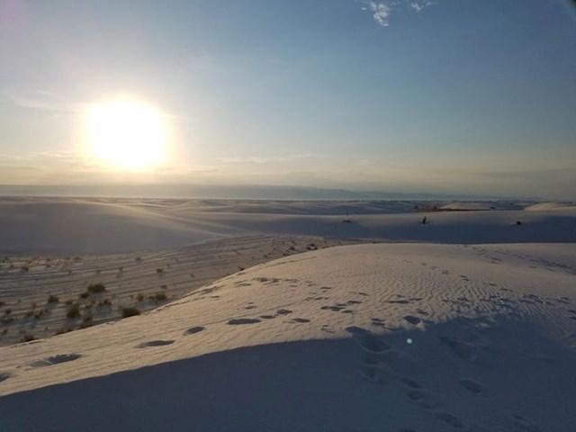 Ono što na ovoj fotografiji iz Novog Meksika izgleda kao snijeg zapravo je bijeli pijesak.