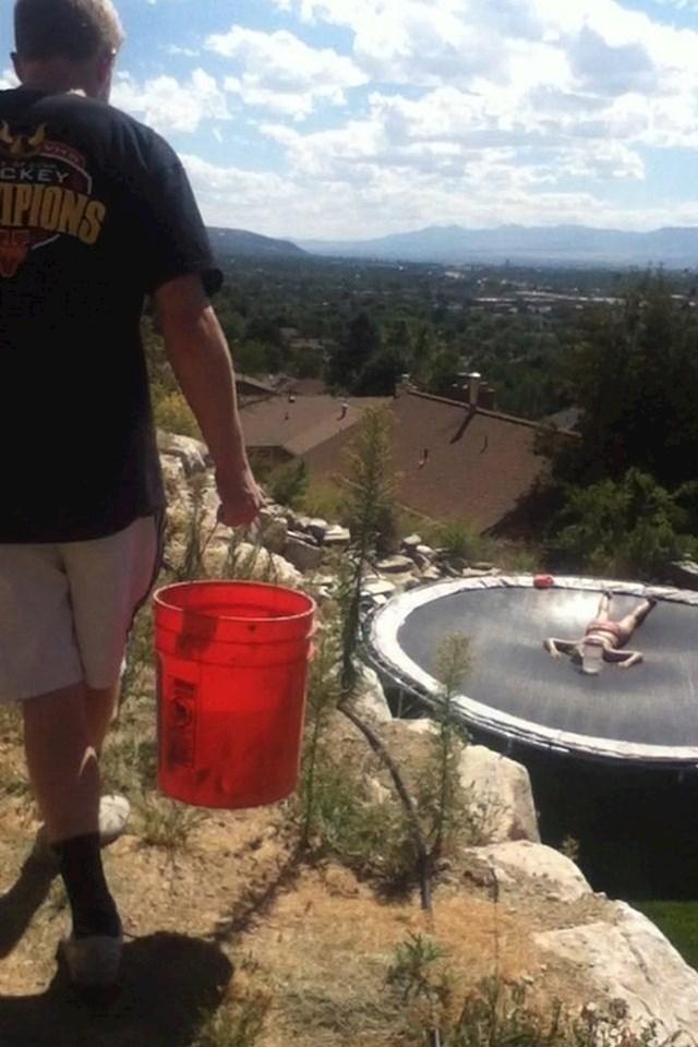 Njegova sestra se sunčala na trampolinu. Nije imala pojma što je čeka...