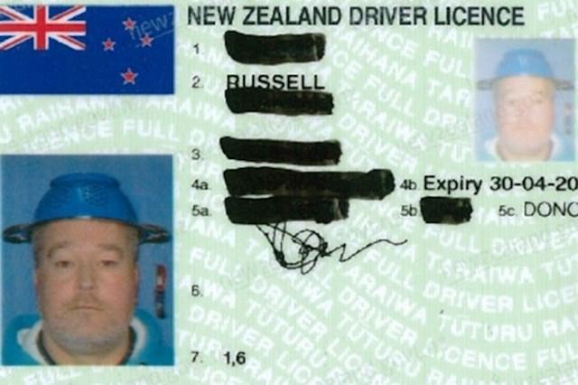 Pogledajte kakvu fotku ovaj muškarac ima na svojoj vozačkoj dozvoli...