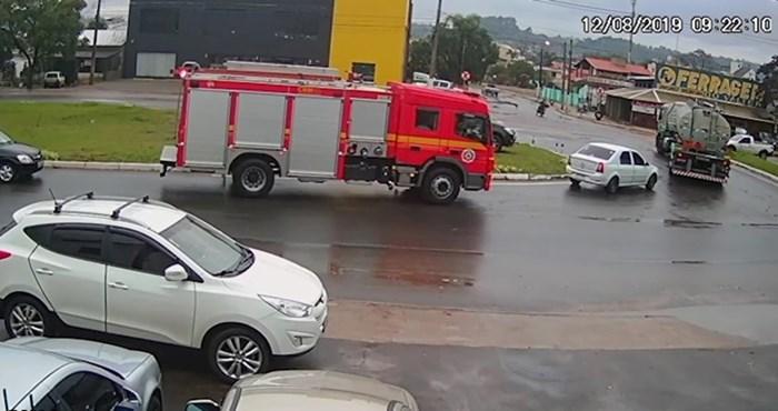 VIDEO Nevjerojatna snimka pokazuje vatrogasno vozilo koje se našlo u pravo vrijeme na pravom mjestu
