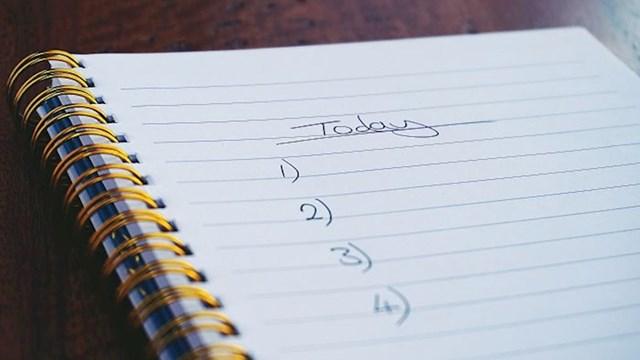 Kad pišete listu stvari koje morate obaviti, navedite nekoliko stavi koje ćete jako lako riješiti. To će vas motivirati da nastavite.