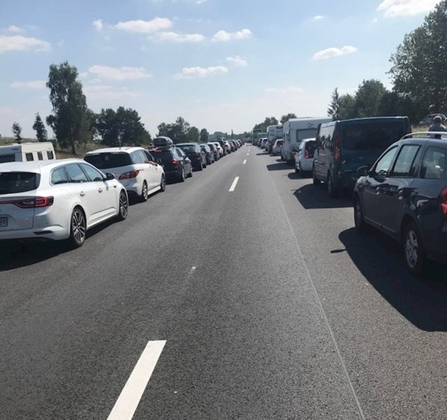 Ljudi u Njemačkoj su tijekom zastoja na cesti za svaki slučaj napravili prolaz za hitnu pomoć.
