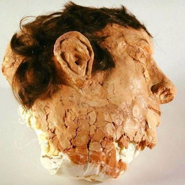 Ovo je jedna od lažnih ljudskih glava napravljenih od pamuka, sapuna i ljudske kose koje su zatvorenici iz Alcatraza ostavili u svojim krevetima prije nego što su pobjegli iz zatvora.
